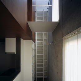 東北沢の住宅 / リビングに木の箱が浮遊する (書斎)