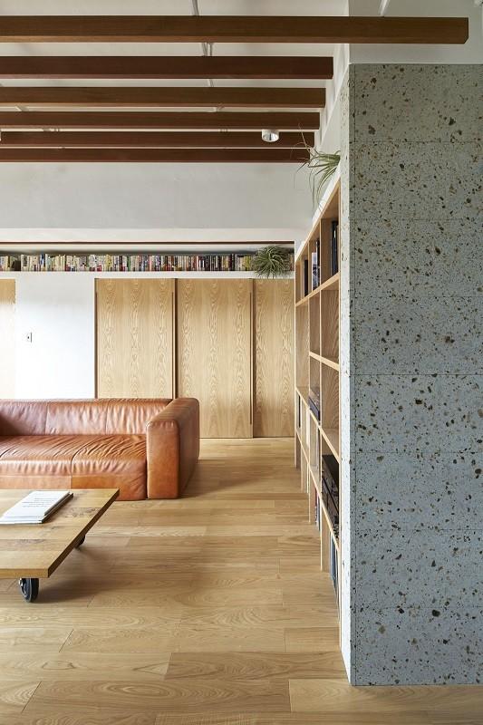 家族の在り方を考え、自然と導かれた家 (大谷石を設えたお部屋の象徴となる壁面)
