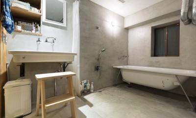 視覚的効果の高い、回遊する家 (バスルーム)