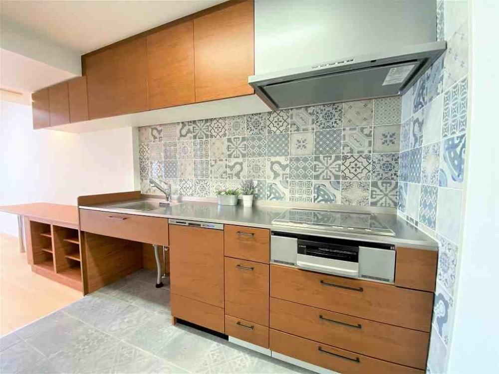 オーダーキッチンで好きなものに囲まれて暮らす (オーダーキッチンとタイルでスペイン風インテリア空間を創造)