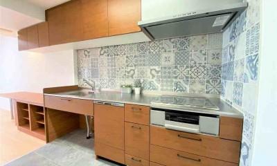 オーダーキッチンとタイルでスペイン風インテリア空間を創造