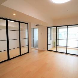 壁をなくして、ガラス戸で空間を区切る (オーダーキッチンとタイルでスペイン風インテリア空間を創造)