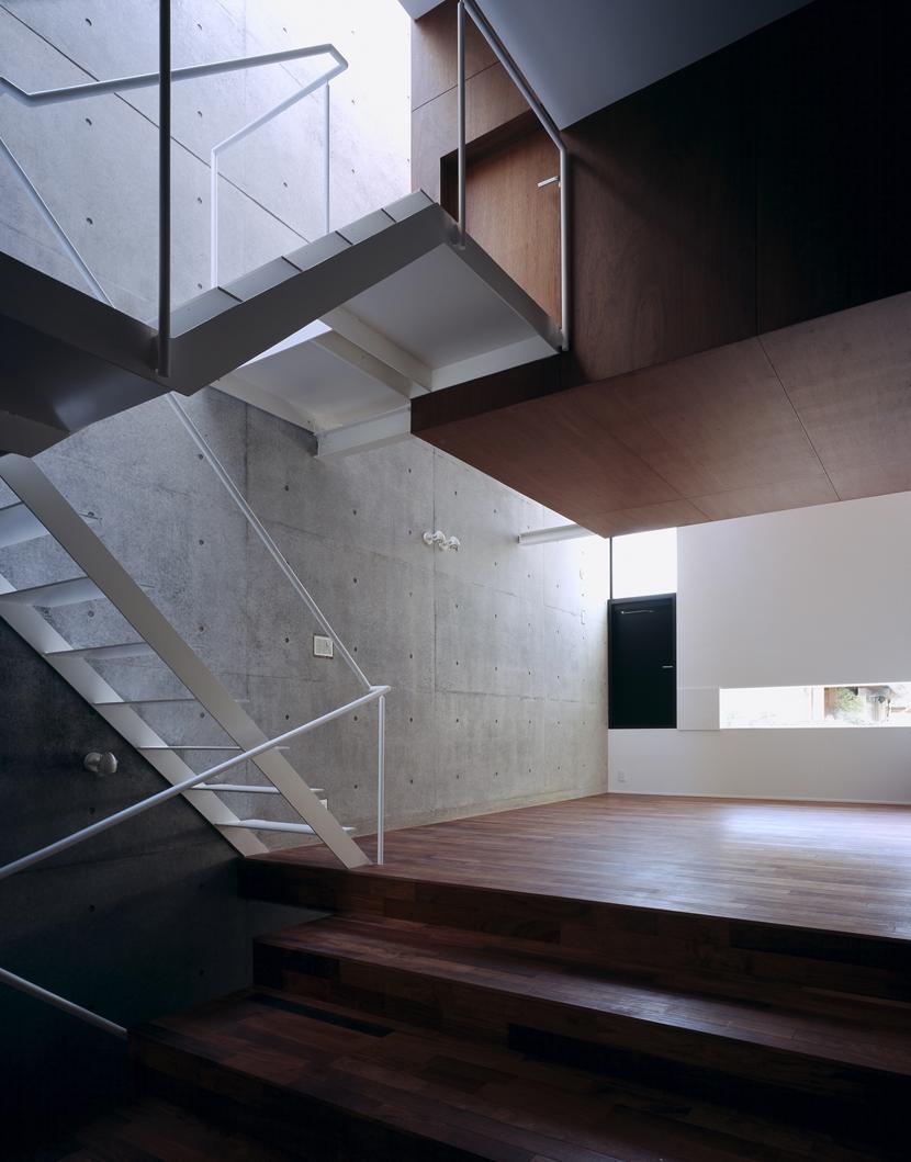 東北沢の住宅 / リビングに木の箱が浮遊するの写真 リビング、吹き抜け、階段
