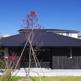 焼き杉の外壁と深い軒 (竹の山の家)