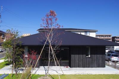 竹の山の家 (焼き杉の外壁と深い軒)