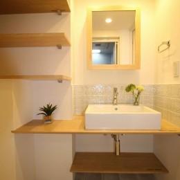 オーダーキッチンとタイルでスペイン風インテリア空間を創造 (余分なものはいらない、シンプルでナチュラルな洗面化粧台)