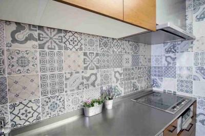オーダーキッチンとタイルでスペイン風インテリア空間を創造 (お気に入りのタイルを貼る)