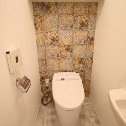 オーダーキッチンとタイルでスペイン風インテリア空間を創造 (トイレ空間をタイルでおしゃれに)