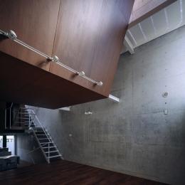 東北沢の住宅 / リビングに木の箱が浮遊する-リビング、吹き抜け、階段