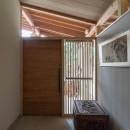 竹林の家/里山と竹林に囲まれながら田園風景を見渡す大らかな住まいの写真 高窓を通して光を取り込んでいる玄関