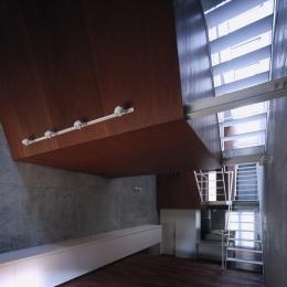 東北沢の住宅 / リビングに木の箱が浮遊する