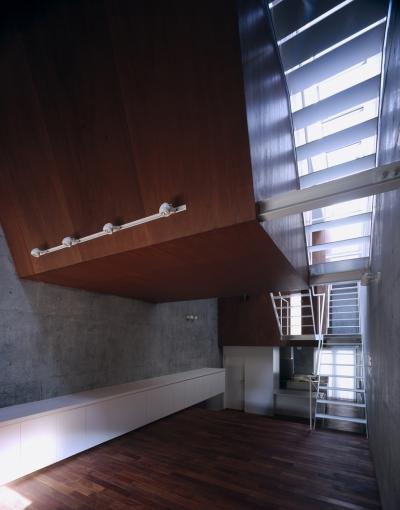 東北沢の住宅 / リビングに木の箱が浮遊する (リビング、ダイニング、吹き抜け、階段)