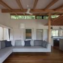 竹林の家/里山と竹林に囲まれながら田園風景を見渡す大らかな住まいの写真 高窓を通して景色や光、風を取り込むリビング