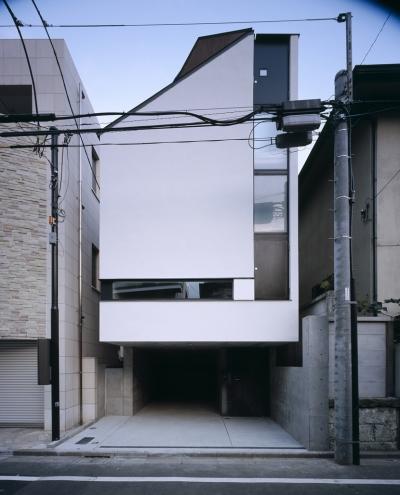 東北沢の住宅 / リビングに木の箱が浮遊する (外観)