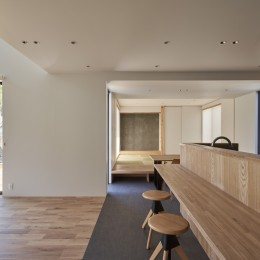 N House (キッチンカウンターから見た和室)