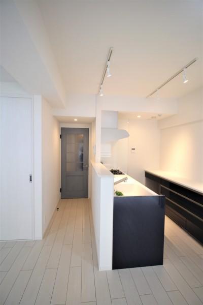 清潔感のある白を基調にした内装に、ポイントになるカラーのキッチンと建具 (在宅ワークもできて、家族が気兼ねなく過ごせる家)