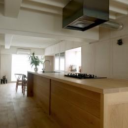 家の中心に据えたキッチン (House I/マンションリノベーション)