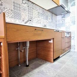 オーダーキッチンとタイルでスペイン風インテリア空間を創造 (キッチンの床とシンク下の空間)