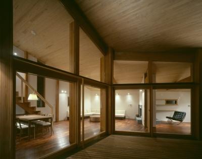 テラス、リビングダイニング、ライブラリー (VILLA BOOMERANG / 八ヶ岳の別荘)