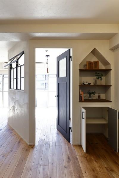 個性的な屋根型ニッチ (事務所からシェアハウスへリフォーム)
