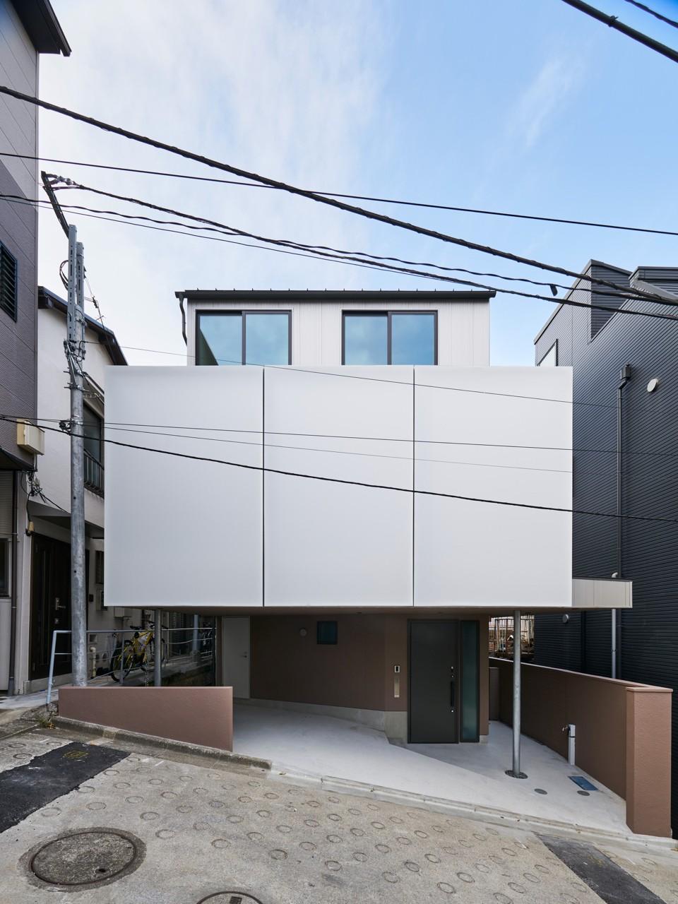本駒込の家 (急坂の前面道路から見る外観)