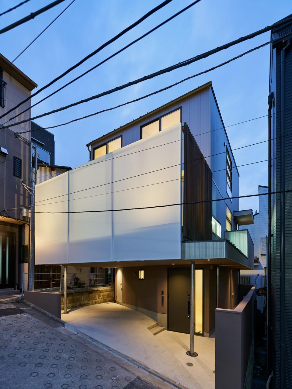 本駒込の家 (前面道路から見た外観夜景)