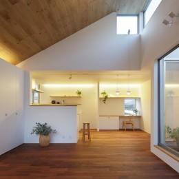 木の温かみのある2世帯住宅 ( 関町北の家 ) (子世帯LDK・坪庭夕景)