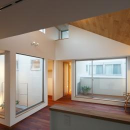 木の温かみのある2世帯住宅 ( 関町北の家 ) (子世帯LK・坪庭夕景)