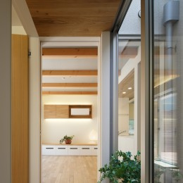 木の温かみのある2世帯住宅 ( 関町北の家 ) (親世態玄関・廊下・坪庭)