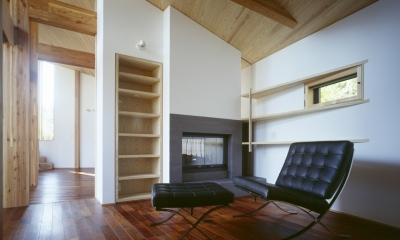 ライブラリー兼ゲストルーム、暖炉|VILLA BOOMERANG / 八ヶ岳の別荘