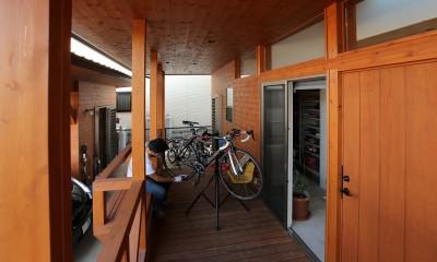 土間の家 (倉庫につながるベンチのあるデッキのポーチ)