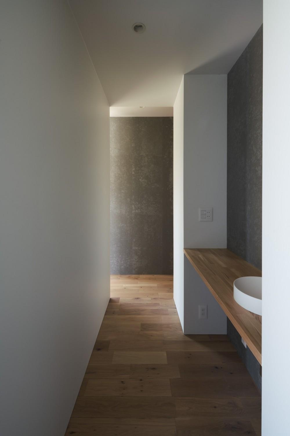 N House (手洗いのある廊下)