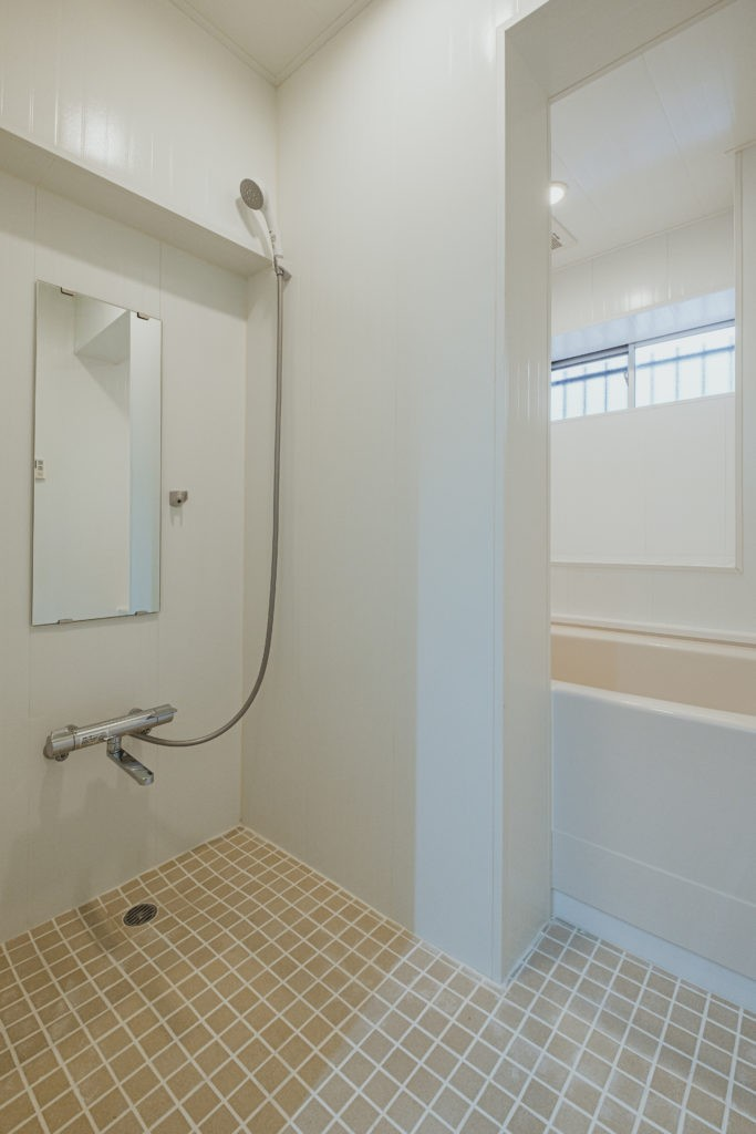 シンプルでクールな心地よさ (浴室)