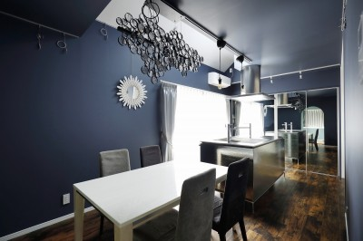 ダイニングキッチンは鏡効果で倍の広さ! (COLORFUL × STYLISH)