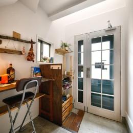 素材にこだわった玄関土間 (育ち続ける DIYカフェ)
