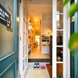 育ち続ける DIYカフェ (木の温もりが溢れる店内)