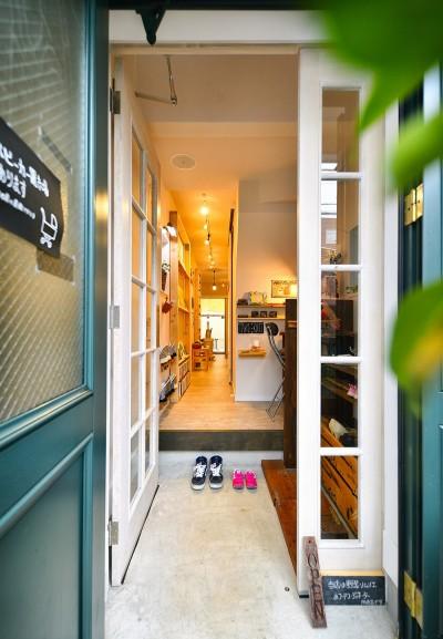 木の温もりが溢れる店内 (育ち続ける DIYカフェ)