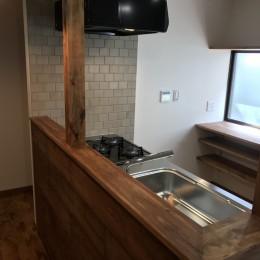 神戸松原通の家「レトロテイスト」な戸建て住宅 (キッチン)