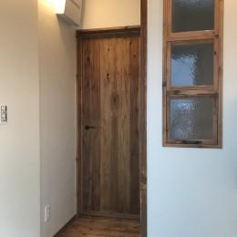 神戸松原通の家「レトロテイスト」な戸建て住宅 (玄関)