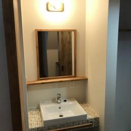 神戸松原通の家「レトロテイスト」な戸建て住宅 (洗面所)