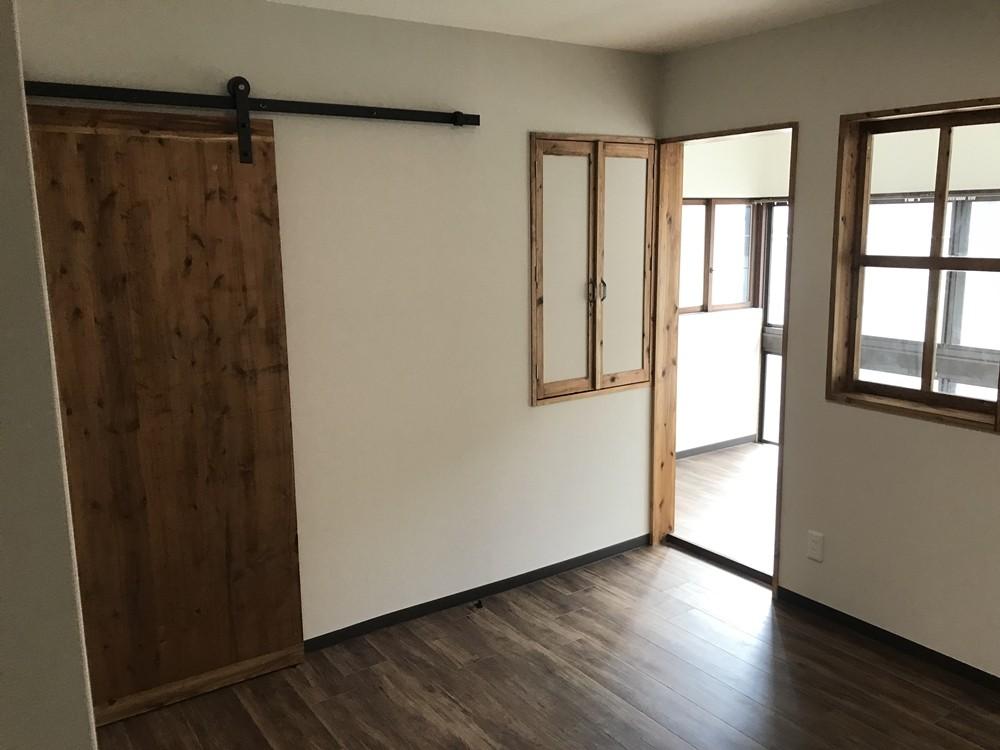 神戸松原通の家「レトロテイスト」な戸建て住宅 (2階洋室・サンルーム)