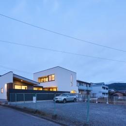 軒と中庭の家 (前面道路から見る外観夜景)