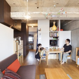 Y邸-写真現像用の暗室と広めの玄関を (リビングダイニング)