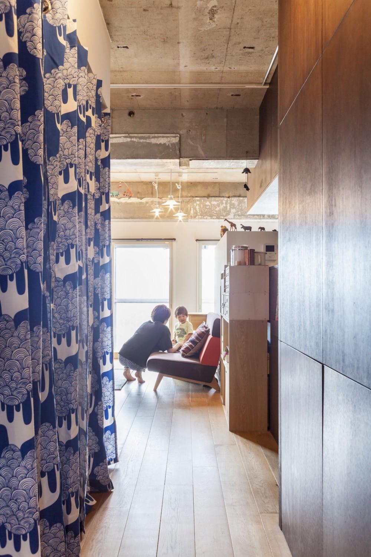 Y邸-写真現像用の暗室と広めの玄関を (廊下)