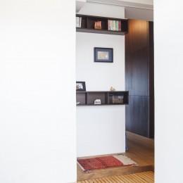 Y邸-写真現像用の暗室と広めの玄関を (玄関)