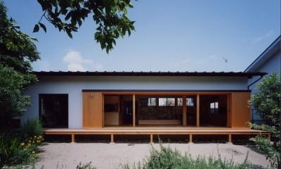 辻堂東海岸の家~大きな窓で緑の庭と一体になる平屋