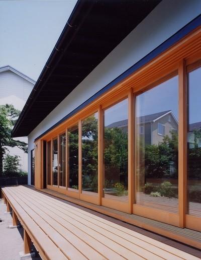 辻堂東海岸の家~大きな窓で緑の庭と一体になる平屋 (木製建具による大開口)