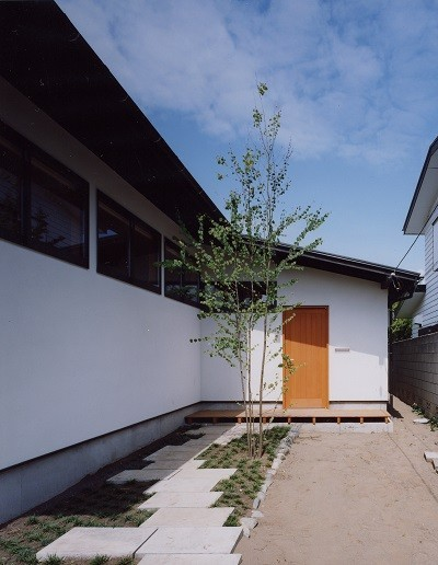 辻堂東海岸の家~大きな窓で緑の庭と一体になる平屋 (アプローチ)