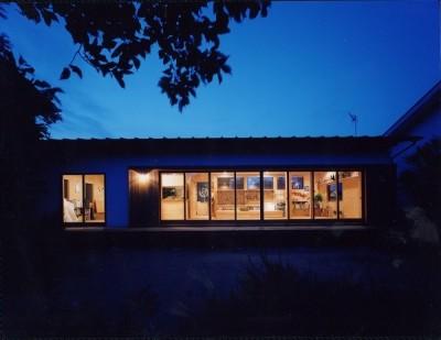 辻堂東海岸の家~大きな窓で緑の庭と一体になる平屋 (夜景)