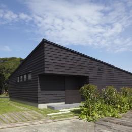館山の家~海辺の町で暮らす終の棲家 (アプローチから見た外観)